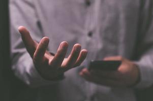 personas que fingen extender las manos para sostener cosas foto