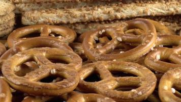 dolly shot de craquelins diététiques salés video