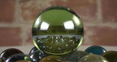 dolly shot de la caméra se déplace vers des images de sphères de verre video
