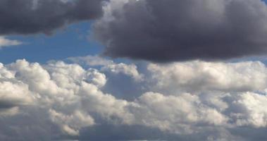 printemps avril sombre pluie nuages se déplaçant dans le ciel video