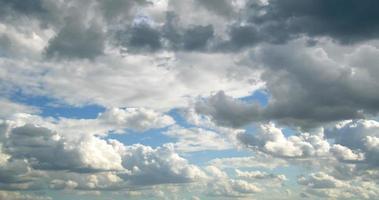 nuages gonflés de pluie printanière enfumée video