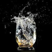 monedas cayendo salpicando en un vaso de agua foto