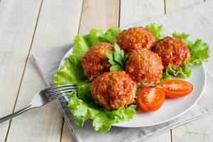 albóndigas caseras de proteína con verduras en salsa de tomate foto