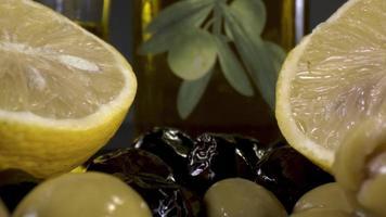 Montón de aceitunas verdes y negras y aceite de oliva video