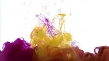 Résumé des gouttes d'encre de couleur rose et jaune vif se répandant dans la texture de l'eau video