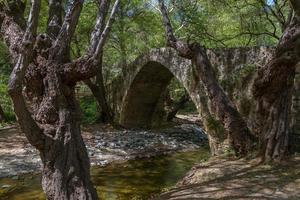 Tzelefos, pintoresco puente medieval en Troodos, Chipre foto