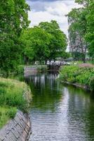 Exuberante vista de verano verde a lo largo del canal Stromsholms en Suecia foto