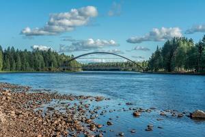 puente de arco sobre un río foto