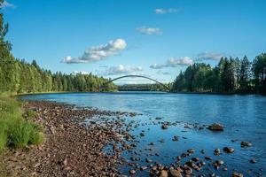 Puente de arco que cruza el río Dal en Suecia foto