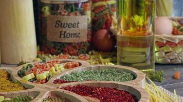 Pasta de macarrones de comida cruda cruda italiana vegetariana fresca video