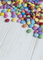 caramelos de grageas multicolores foto