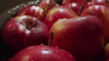 mela rossa della frutta succosa e sana video