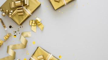 Disposición de la vista superior de regalos envueltos con espacio de copia foto