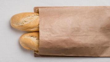 Vista superior baguettes en envases de papel. foto