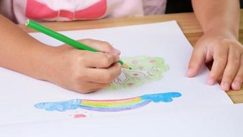 Cerca de la mano del niño dibujando un árbol en casa video