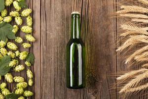 Vista superior de la botella de cerveza con ingredientes foto