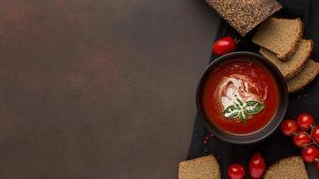 tazón de vista superior con sopa de tomate de invierno y tostadas foto