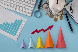 Vista superior de artículos comerciales con tabla de crecimiento y conos de colores. foto
