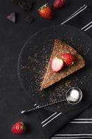 Vista superior de pastel de chocolate listo para ser servido foto