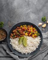 Vista superior deliciosa comida brasileña con arroz foto