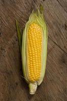 vista superior de maíz con fondo de madera foto