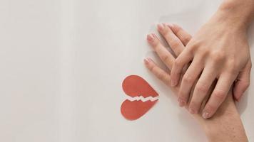 vista superior, manos, con, corazón roto foto