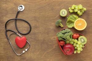 Vista superior de alimentos saludables para el día mundial del corazón. foto