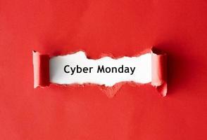vista superior de papel rasgado promoción del lunes cibernético foto