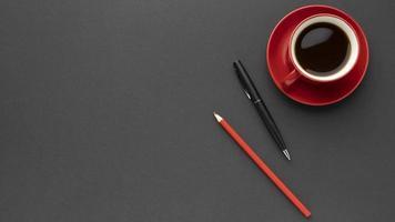 Vista superior de la taza de café rojo con espacio de copia foto