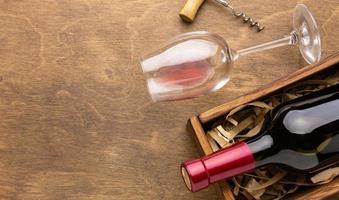 Vista superior de vidrio de botella de vino con espacio de copia foto
