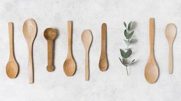 colección de cucharas de madera de vista superior foto