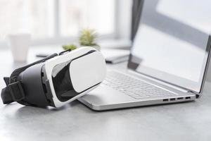 casco de realidad virtual en la computadora portátil foto