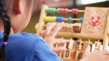 niño jugando con un juguete educativo video