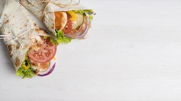 Envoltura de kebab con carne y verduras con espacio de copia foto