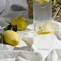 agua de limón en la sábana blanca foto