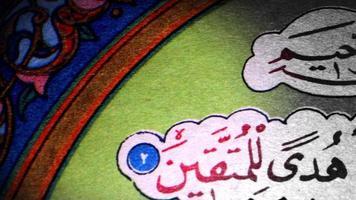 uma página do livro Alcorão video