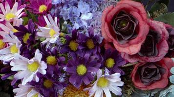 bouquets colorés de fleurs d'imitation video
