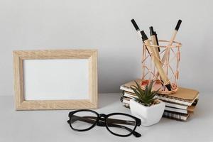 marco de fotos en blanco con bolígrafos