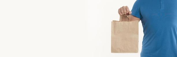Hombre sujetando una bolsa de papel con espacio de copia foto