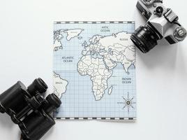 mapa, cámara y binoculares foto
