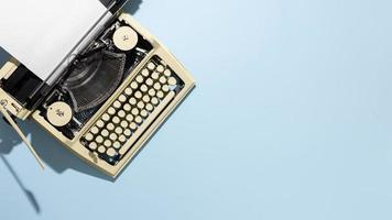 vieja máquina de escribir sobre fondo azul foto