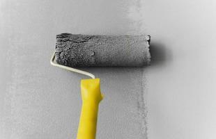 rodillo pintura pared color gris foto
