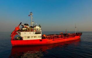 vista aérea del paisaje marino con un barco rojo foto