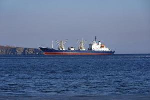 Buque de carga en el fondo del paisaje marino foto