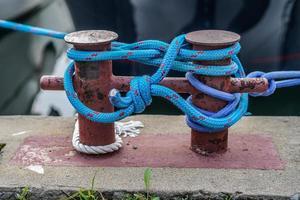 La cuerda de amarre del barco azul sobre un fondo borroso foto
