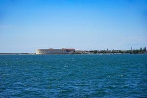 paisaje marino con vistas a las vistas de la antigua ciudad histórica. foto