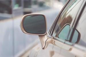 Fondo con parte de coche y espejo de coche. foto