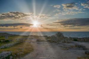 puesta de sol sobre el mar en la antigua ciudad de chersonesos foto
