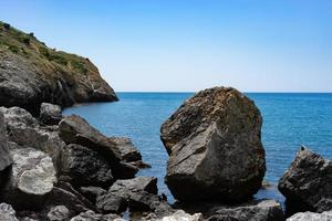 paisaje marino con rocas en el fondo del agua. foto