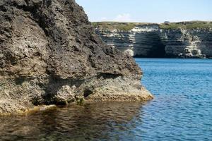hermosa vista de nosotros estamos con la orilla rocosa del mar negro foto